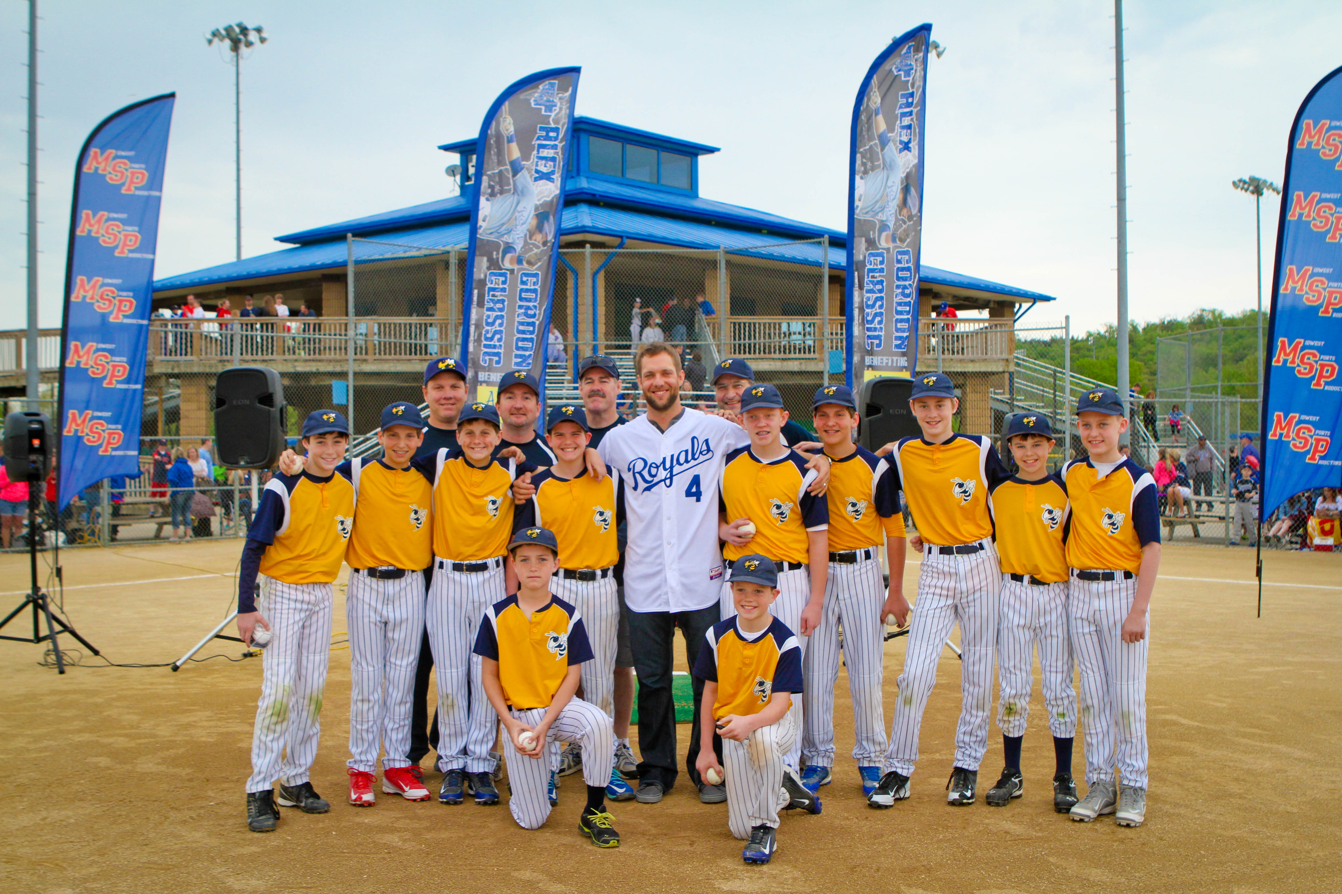 Alex Gordon with youth baseball players